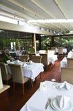 Lege Restaurant, lijst en stoelen Stock Afbeelding