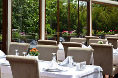 Lege Restaurant, lijst en stoelen Stock Foto's