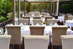 Lege Restaurant, lijst en stoelen Stock Afbeeldingen