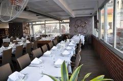 Lege Restaurant, lijst en stoelen Royalty-vrije Stock Afbeeldingen