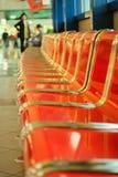 Lege rode metaalzetels bij luchthavenzaal royalty-vrije stock afbeeldingen