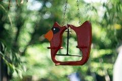 Lege Rode vogelvoeder in de binnenplaats met dromerige bokehachtergrond stock foto's