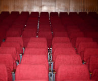 Lege rode zetels voor de conferentie of het overleg van het bioskooptheater Royalty-vrije Stock Afbeelding