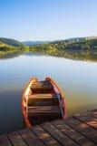Lege roeiboot naast de pijler Stock Foto's