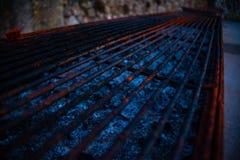 Lege roestige grill met as in de doos Het concept van het barbecuevoedsel royalty-vrije stock foto's