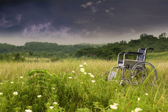Lege rolstoel in aard Stock Afbeeldingen