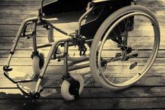 Lege rolstoel op houten vloer stock foto's