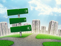 Lege routewijzer tegen l-high-rise gebouwen Royalty-vrije Stock Afbeeldingen