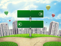 Lege routewijzer tegen lhigh-stijgingsgebouwen, Stock Afbeelding