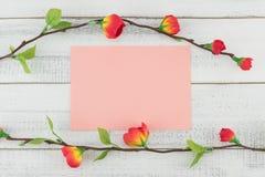 Lege roze die kaarten met valse rode bloemtakken worden verfraaid Stock Afbeeldingen