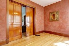 Lege ruimte in heldere rode kleur met dia open deur Royalty-vrije Stock Foto's