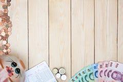 Lege ruimte met geld en het bankboekje van de besparingsrekening, Boekbank st Stock Foto's