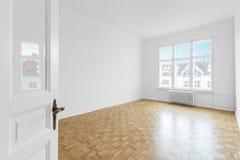 Lege ruimte met parketvloer na vernieuwing Stock Fotografie