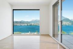 Lege ruimte met venster die het meer overzien royalty-vrije stock foto's