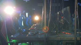 Lege ruimte van een gokkenclub met stoelen en materiaal stock video