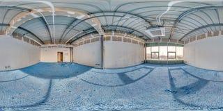 Lege ruimte zonder reparatie met blauwe vloer volledig naadloos sferisch hdripanorama 360 graden in binnenland van witte zolderru stock foto