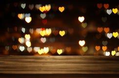 Lege rustieke lijst voor Valentine& x27; s romantische de dag schittert bokeh achtergrond met vele hartenlichten Stock Foto's