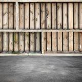Lege ruwe houten planken op concrete vloer Royalty-vrije Stock Afbeeldingen