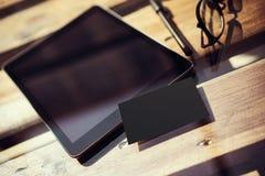 Lege Scherm van de close-up het Moderne Tablet, Glazen Houten Lijst binnen Binnenlandse Coworking-Studioplaats De lege Zwarte van Stock Afbeelding
