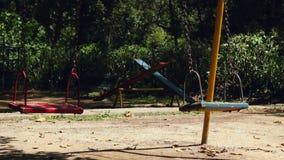 Lege Schommeling die bij Speelplaats slingeren stock videobeelden