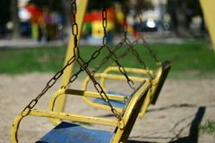 Lege schommeling in het park stock fotografie