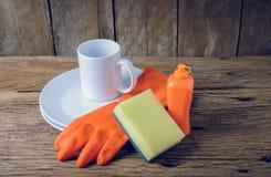 Lege schone platen en kop met dishwashing vloeistof, sponsen, oneffenheid stock fotografie