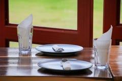 Lege schotel en glazen in restaurant Royalty-vrije Stock Foto's