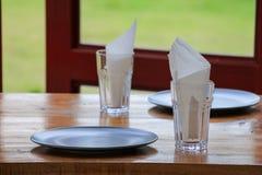 Lege schotel en glazen in restaurant Stock Fotografie