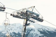 Lege skiliftstoel die van zeer hoogste van een berg dalen Royalty-vrije Stock Afbeelding