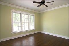 Lege slaapkamer met vensters royalty-vrije stock foto