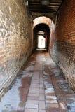 Lege smalle Italiaanse alleywayin Venetië, Italië stock afbeelding