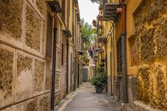 Lege smalle straat in de stegen van Palermo met oude gebouwen, Sicilië Italië royalty-vrije stock foto
