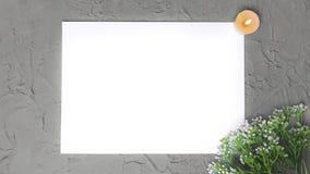 Lege spatie met bloementak, brandende kaars op grijze steenachtergrond stock afbeelding