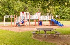 Lege speelplaats en picknicklijst stock afbeelding