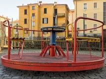Lege speelplaats, oude rotonde Symbolisch van laag geboortencijfer, stock foto's