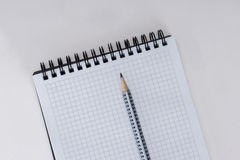 Lege spiraalvormige notitieboekje en pen op witte achtergrond Royalty-vrije Stock Foto's