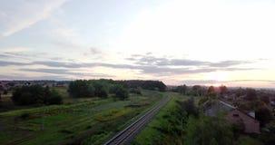 Lege spoorweg Eindeloze spoorweg zonder trein in zonsondergang Lege windende spoorweg De zonsondergang van de herfst Bos in Roeme stock videobeelden
