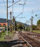 Lege spoorwegsporen op een zonnige de zomerdag, op plattelandsgebied, pilla stock fotografie