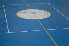Lege sportengrond met de herfstbladeren Vrije ruimte voor sportactiviteiten - fitness, voetbal, tennis Royalty-vrije Stock Fotografie