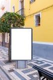 Lege spot die omhoog van het verticale aanplakbord van de straataffiche, lightbox op stadsachtergrond adverteren Stock Afbeelding