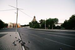 Lege stad met straten zonder mensen in de ochtend royalty-vrije stock afbeelding