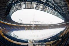 Lege stadion & x22; Metalist& x22; met een snow-covered hoogte stock foto