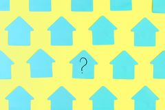 Lege stickers in de vorm van een huis op een gele achtergrond In het centrum is een blauwe sticker met een vraagteken vector illustratie