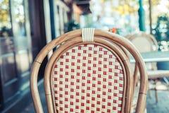 Lege stoel buiten een koffie Stock Afbeeldingen