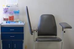 Lege stoel en bloed-trekkende levering in medisch laboratorium Royalty-vrije Stock Afbeeldingen