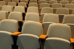 Lege stoelen in auditorium stock foto's