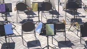 Lege stoelen en nota's over de muziektribune stock videobeelden