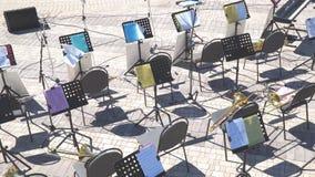Lege stoelen en nota's over de muziektribune stock footage