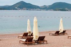 Lege stoelen en paraplu's Royalty-vrije Stock Afbeeldingen
