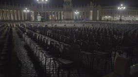 Lege stoelen in het vierkant van Vatikaan, uitbreiding van atheïsme, globale godsdienstcrisis stock videobeelden